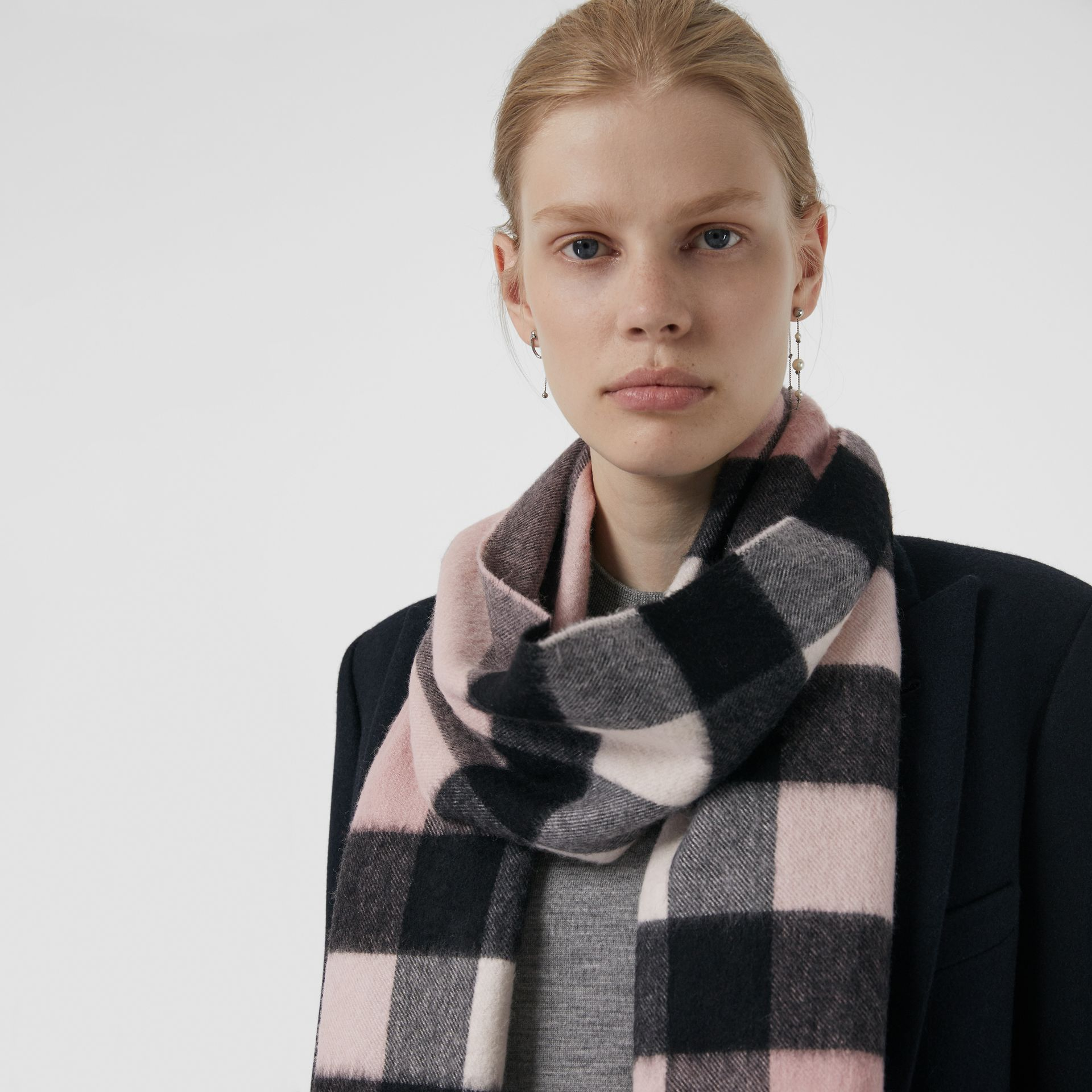 The Large Classic Cashmere Scarf in Check in Ash Rose | Burberry - gallery image 4