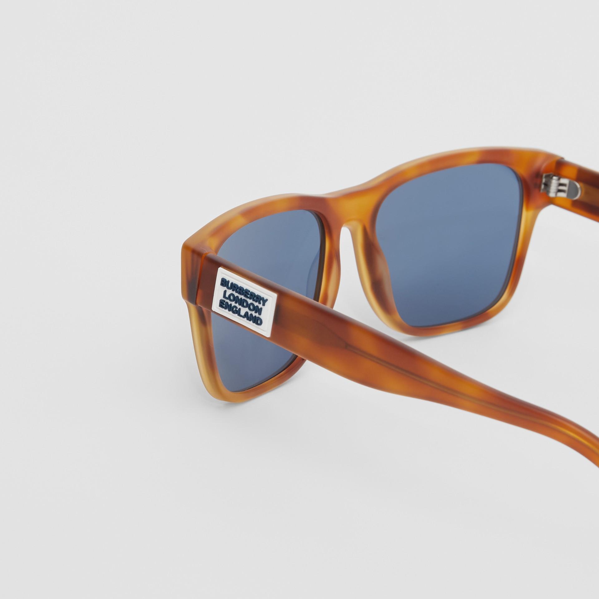 Óculos de sol com armação quadrada e logotipo (Âmbar  Efeito Casco  Tartaruga) - Homens | Burberry - galeria de imagens 1