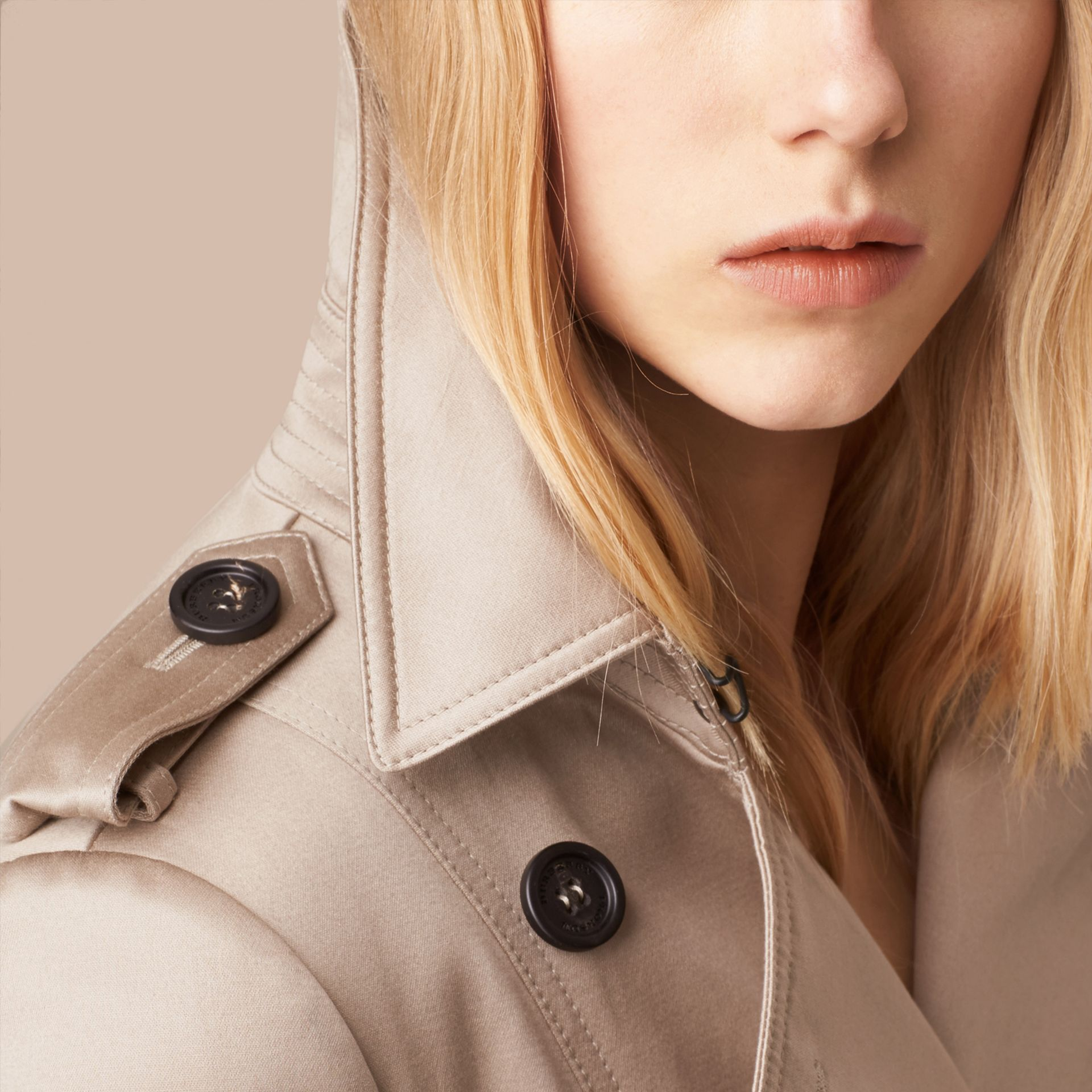 Stone Trench-coat en satin de coton Stone - photo de la galerie 5