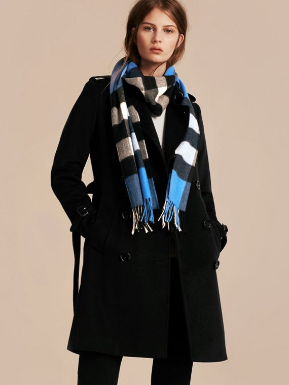 The Large Classic Cashmere Scarf in Check in Bright Cornflower Blue - cell image 2