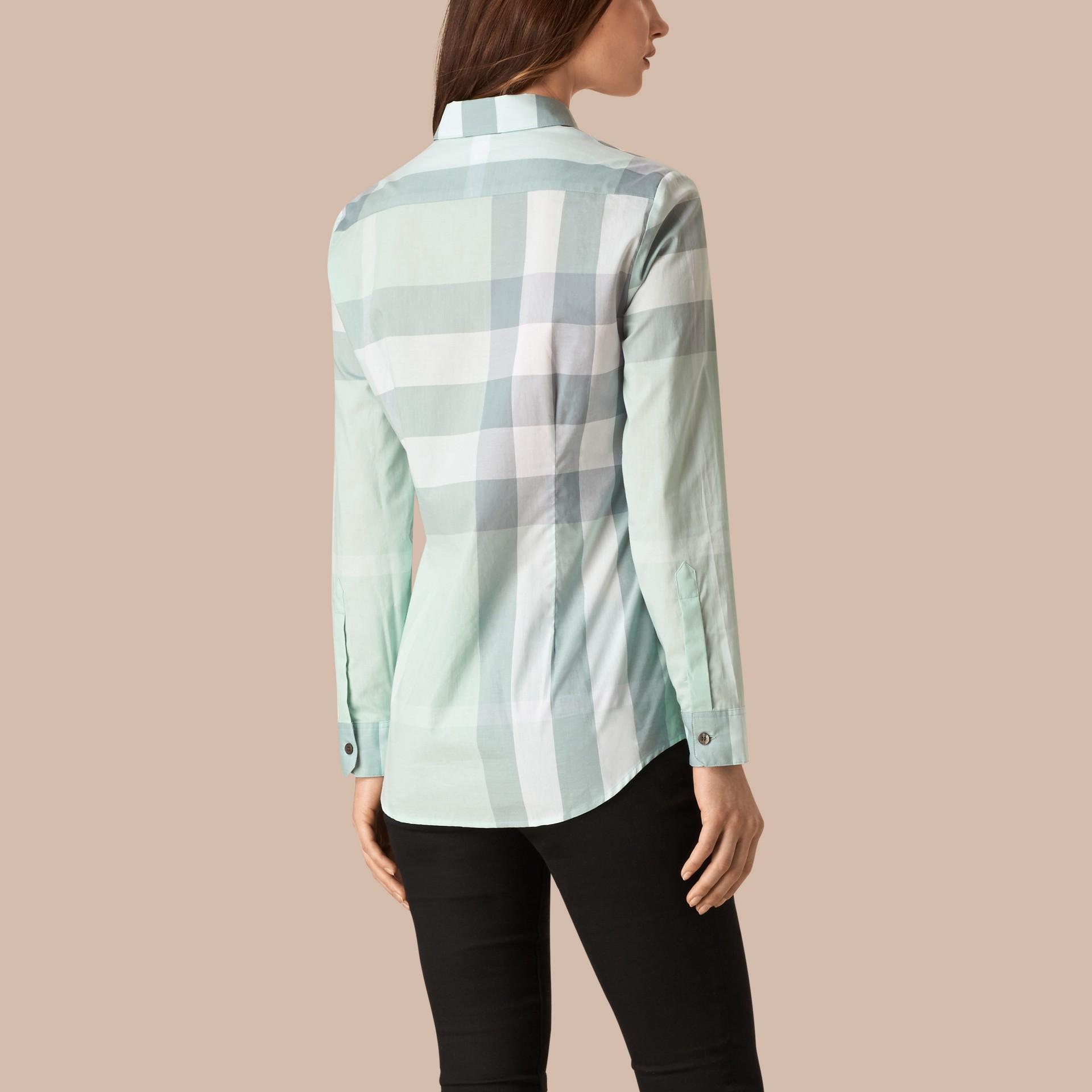 蜜粉藍 格紋棉質襯衫 蜜粉藍 - 圖庫照片 2