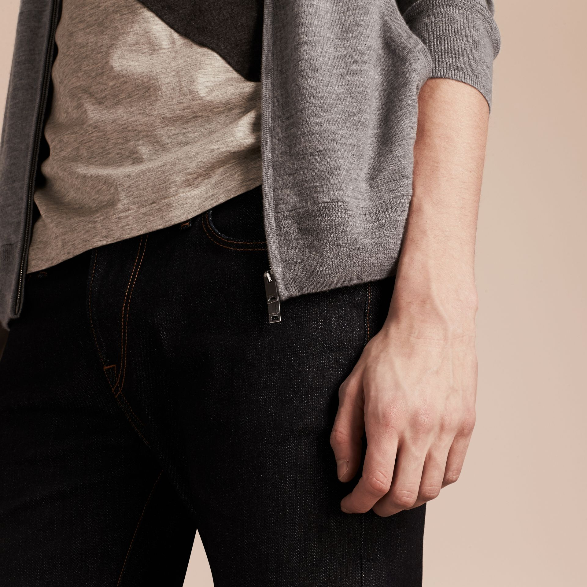 Camaïeu de gris moyens Haut à capuche en cachemire - photo de la galerie 5