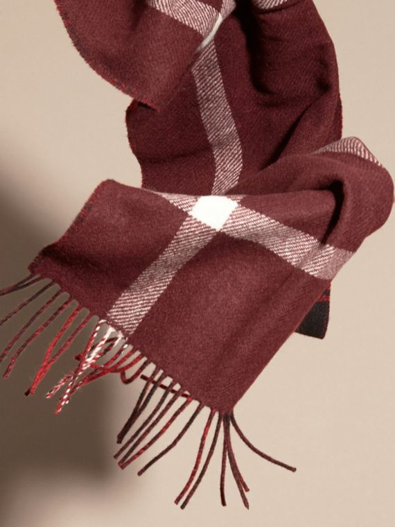 Deep red The Reversible Cashmere Scarf in Tartan Check Deep Red - cell image 3