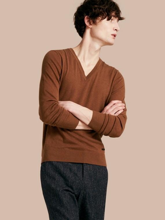 Suéter de cashmere com decote em V Camel Escuro