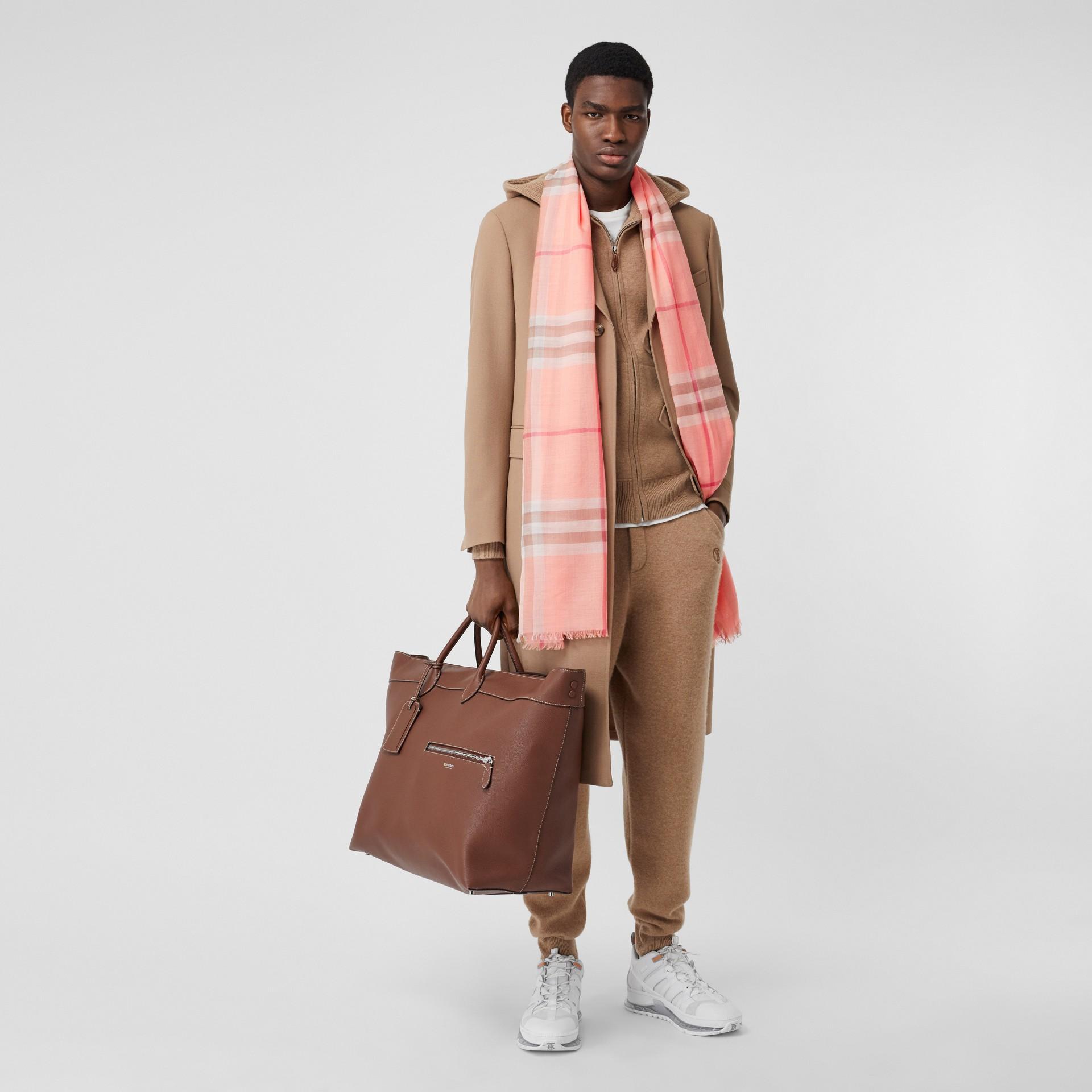 輕盈格紋羊毛絲綢圍巾 (粉蜜桃色) | Burberry - 圖庫照片 7