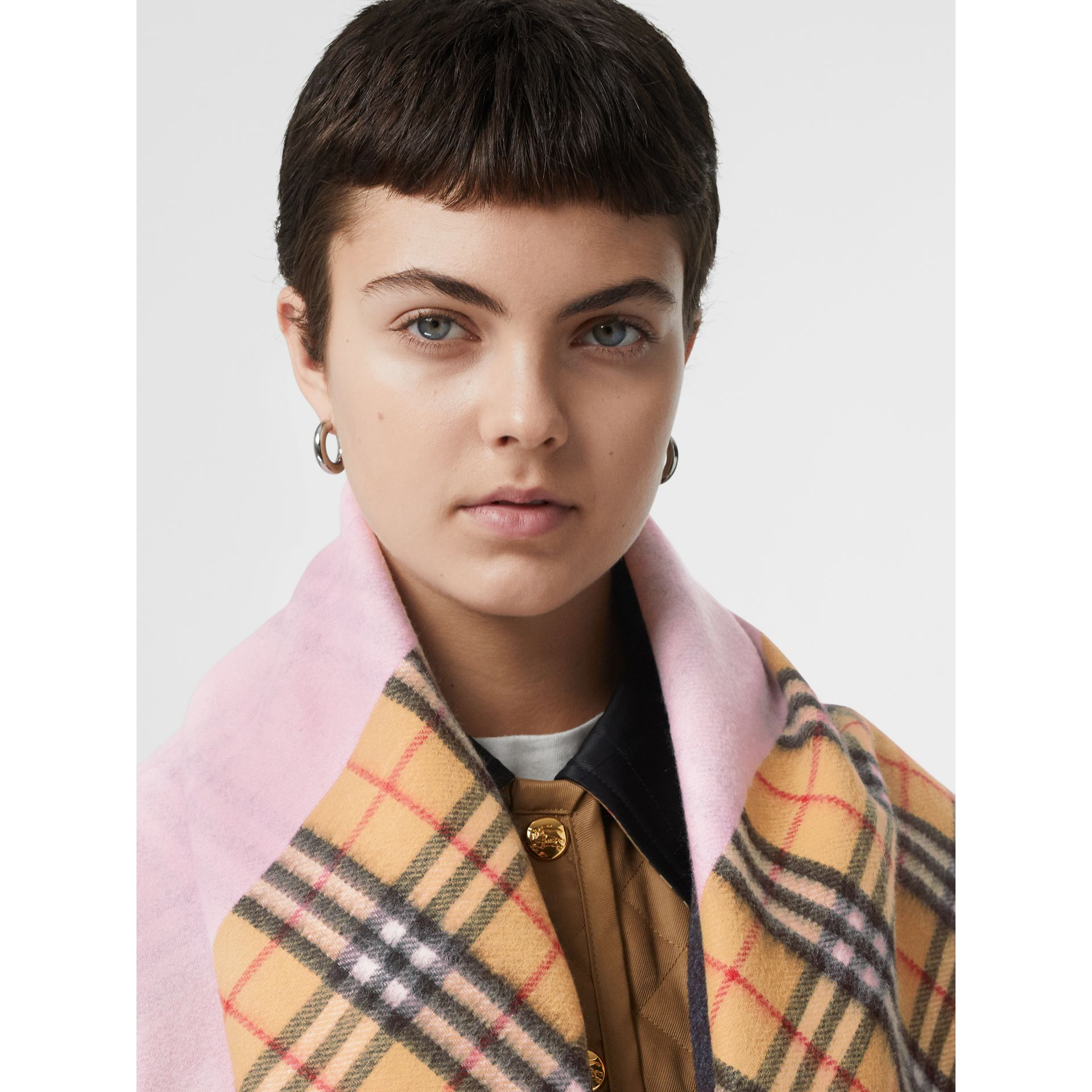 The Burberry Bandana in cashmere con motivo Vintage check (Rosa Pallido) | Burberry - immagine della galleria 2