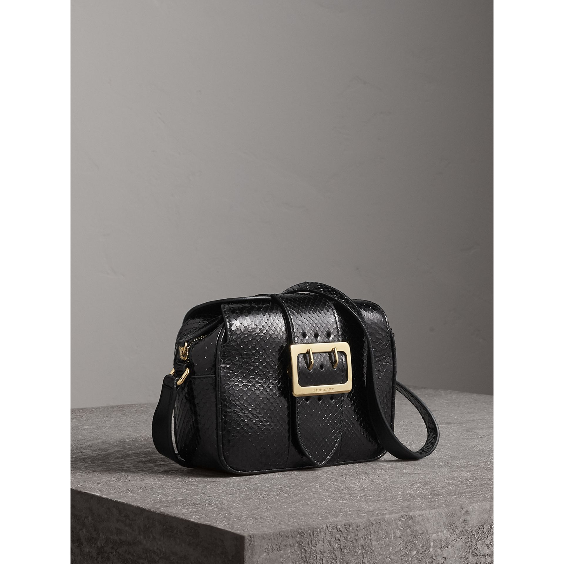 The Small Buckle Crossbody Bag aus Pythonleder (Schwarz) - Damen | Burberry - Galerie-Bild 6