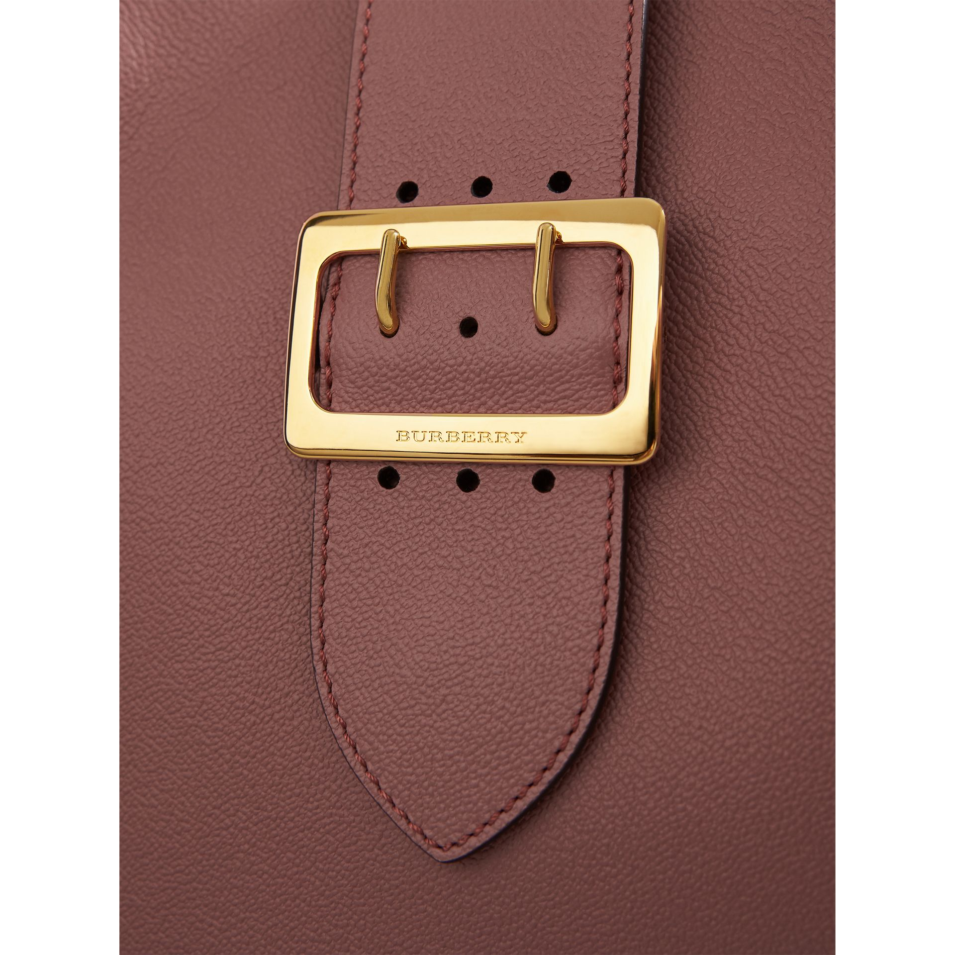 The Medium Buckle Tote aus genarbtem Leder (Blassrosa) - Damen | Burberry - Galerie-Bild 2