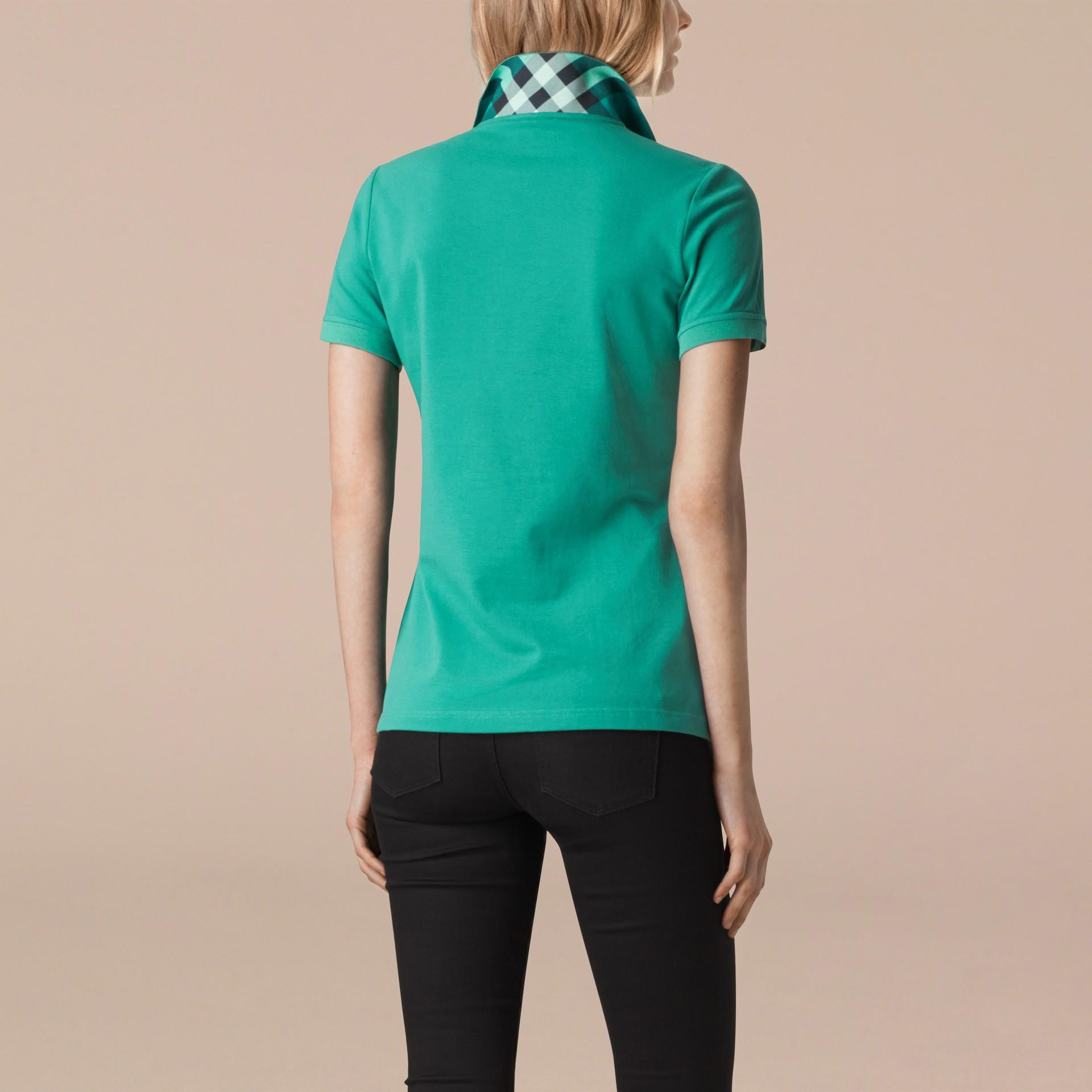 水綠色 格紋飾邊伸縮棉質珠地網眼 Polo 衫 水綠色 - 圖庫照片 2