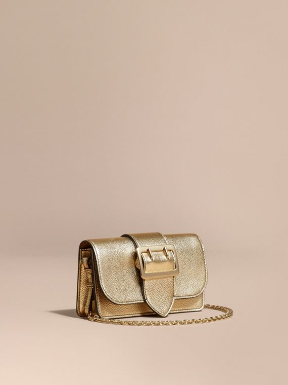 The Mini Buckle Bag aus genarbtem Metallic-Leder Goldfarben