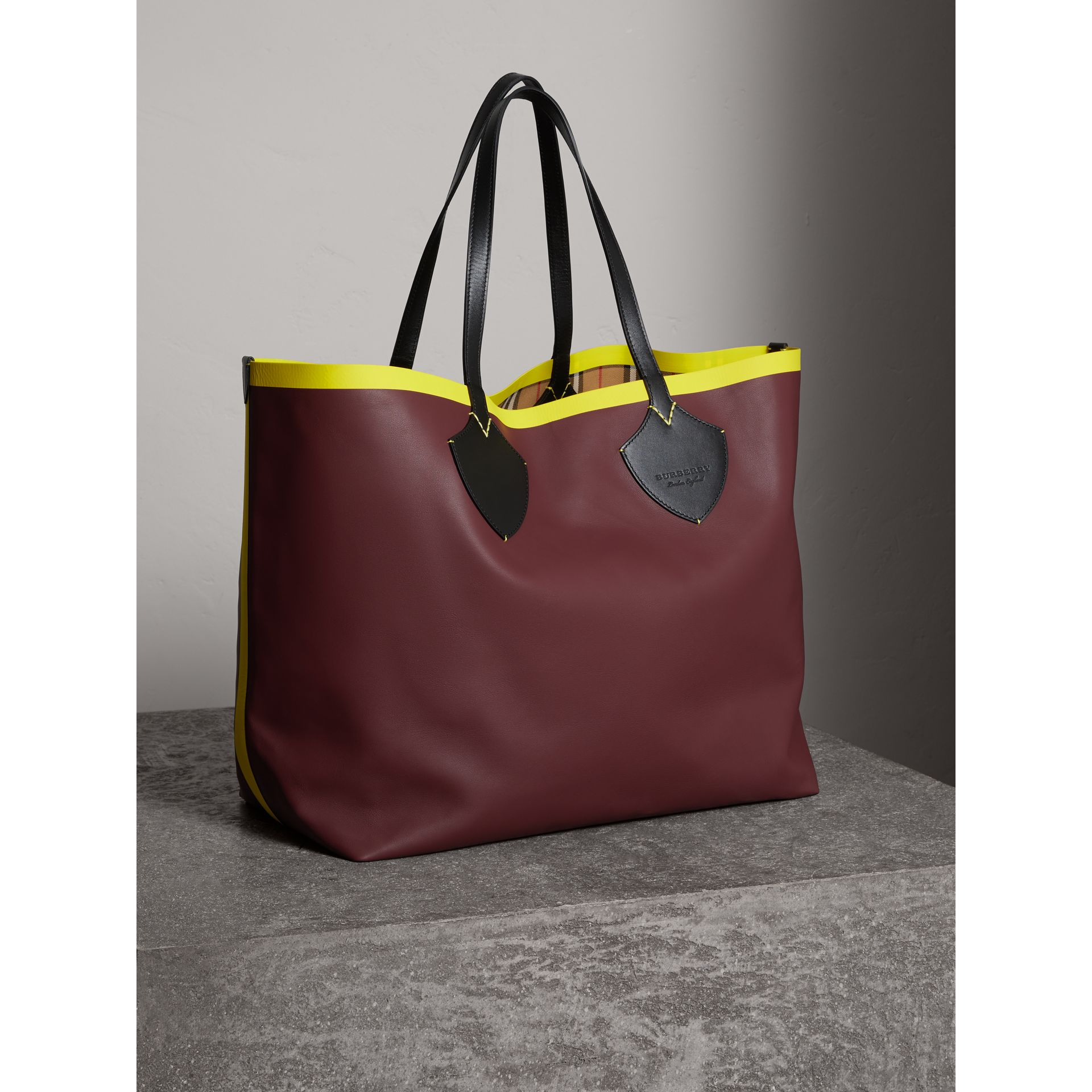 The Giant Reversible Tote in Vintage Check and Leather in Mahogany Red/antique Yellow | Burberry Singapore - gallery image 8
