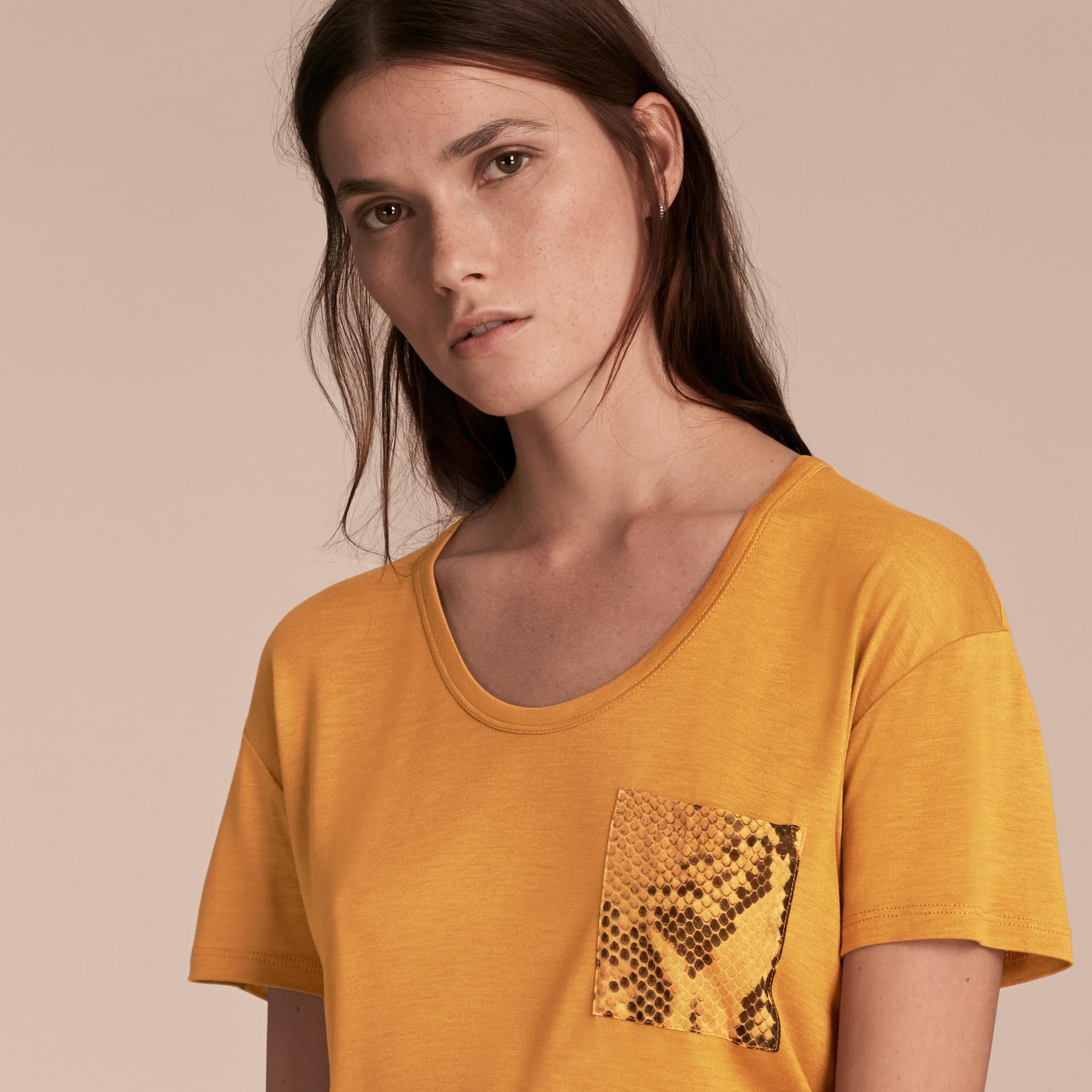 Ambra T-shirt con dettaglio con stampa pitone Ambra - immagine della galleria 5