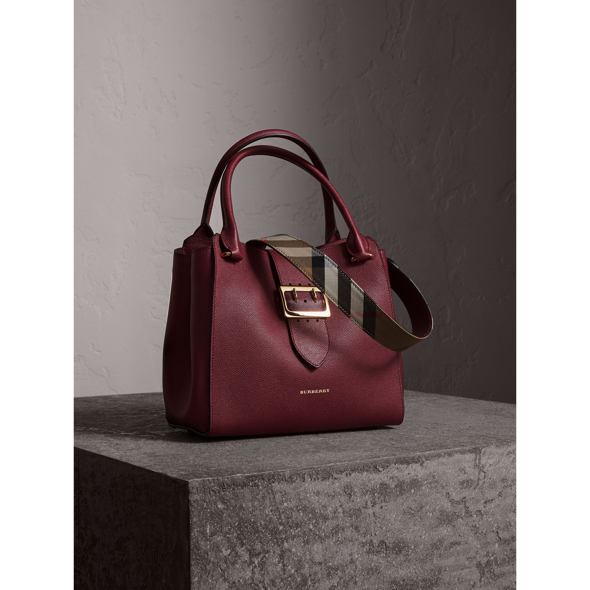 Borsa tote The Buckle media in pelle a grana (Prugna Scuro) - Donna | Burberry - immagine della galleria 8