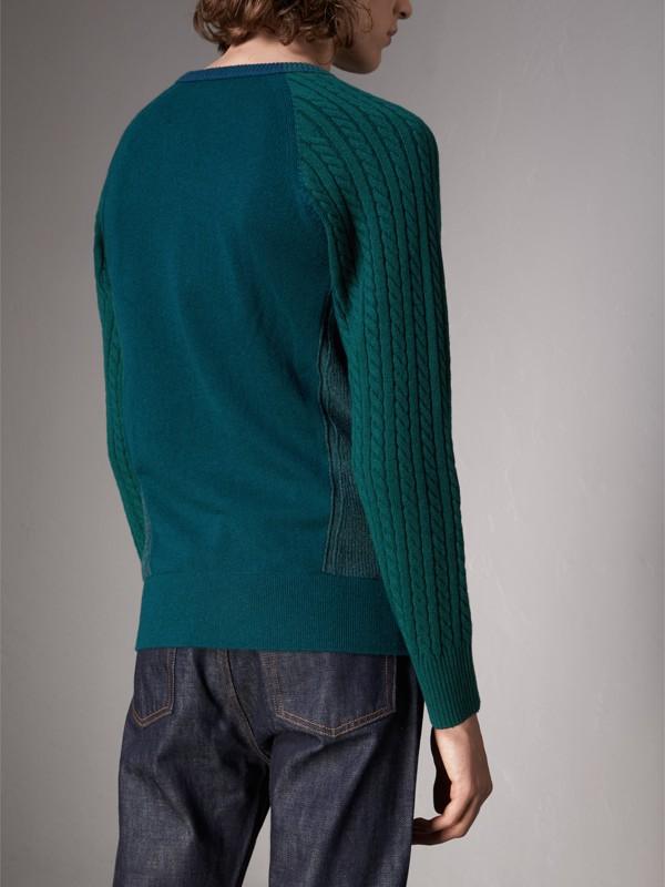 Suéter de cashmere em ponto trançado em dois tons (Verde Azulado Escuro) - Homens | Burberry - cell image 2