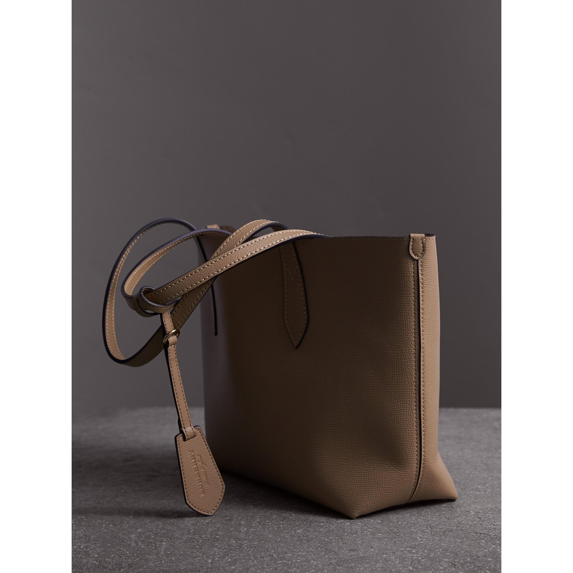 Kleine, wendbare Henkeltasche aus Haymarket Check-Gewebe und Leder (Mittleres Camelfarben) - Damen | Burberry - Galerie-Bild 4