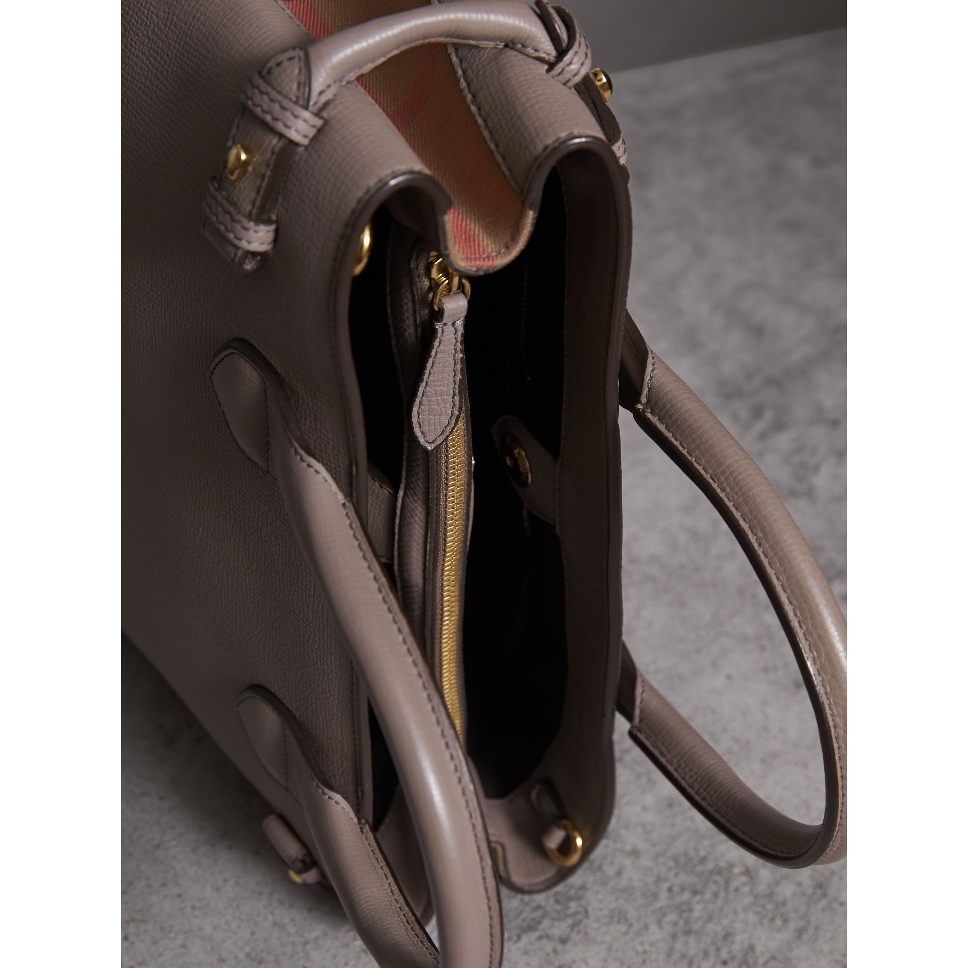 Sac The Banner medium en cuir et coton House check (Gris Chardon) - Femme | Burberry - photo de la galerie 6