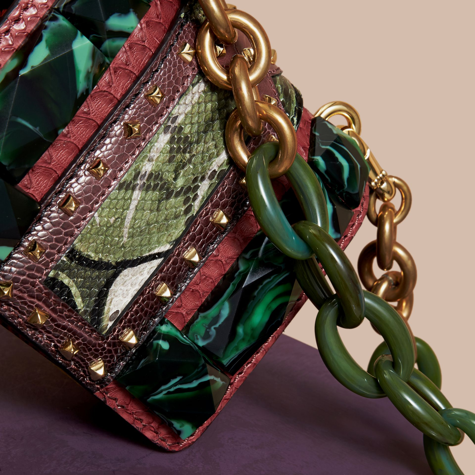 Mini sac carré The Buckle en velours et peau de serpent (Bordeaux) - Femme | Burberry - photo de la galerie 5