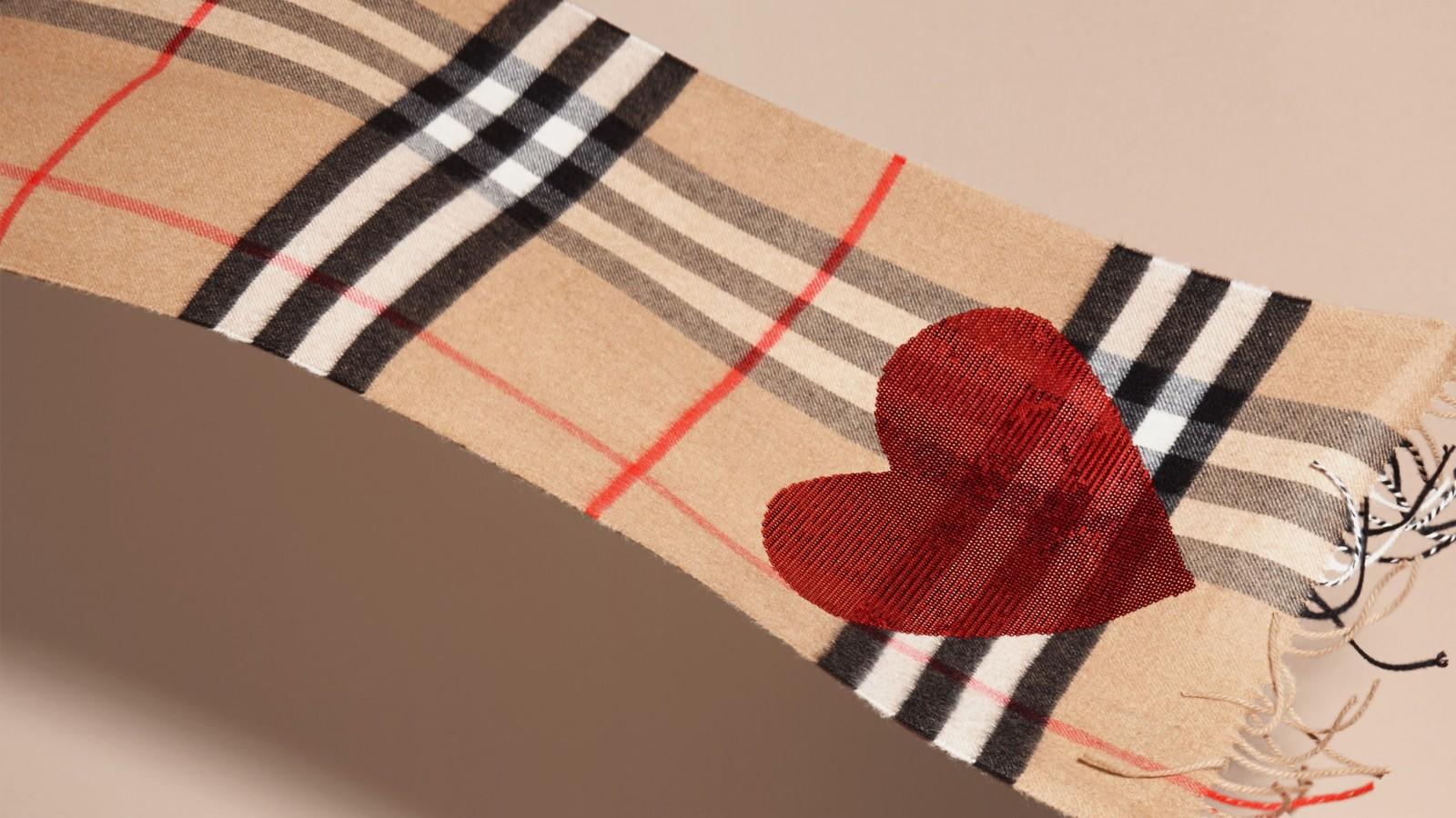 geschenke f r damen burberry. Black Bedroom Furniture Sets. Home Design Ideas