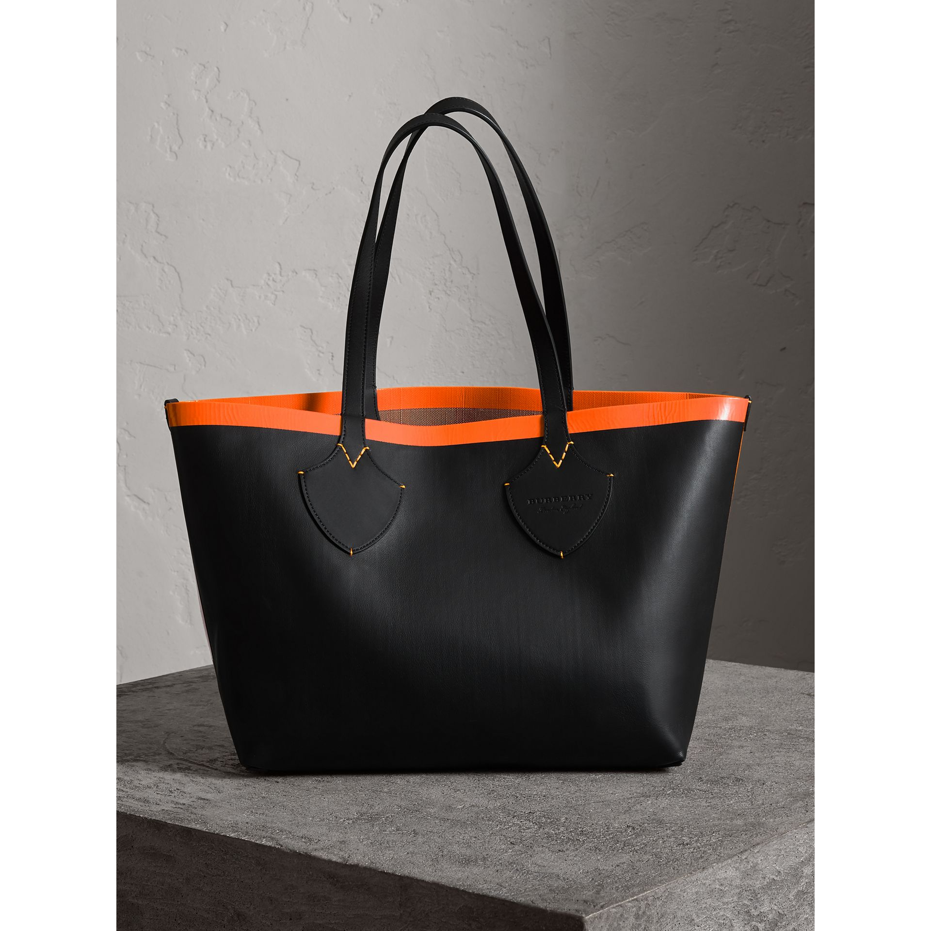 The Medium Giant Reversible Tote in Canvas and Leather in Black/neon Orange | Burberry - gallery image 7