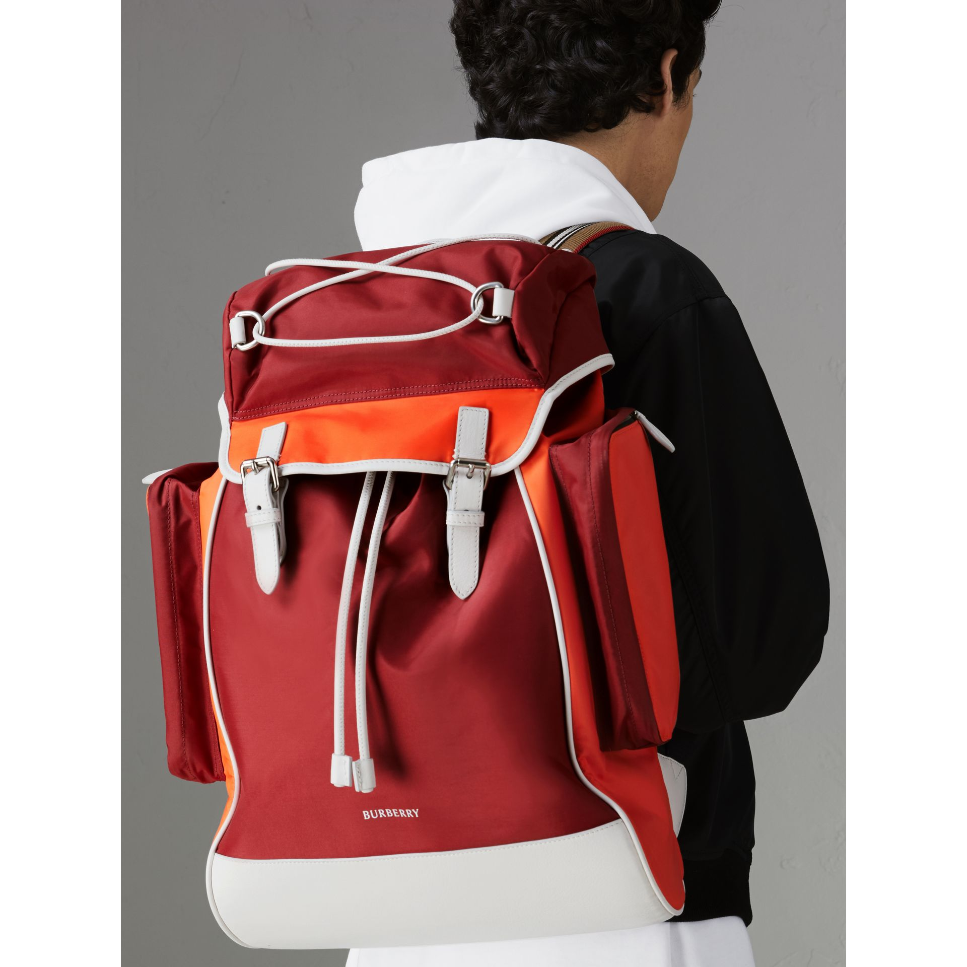 Sac à dos en nylon et cuir tricolore (Rouge Parade) - Homme | Burberry - photo de la galerie 3