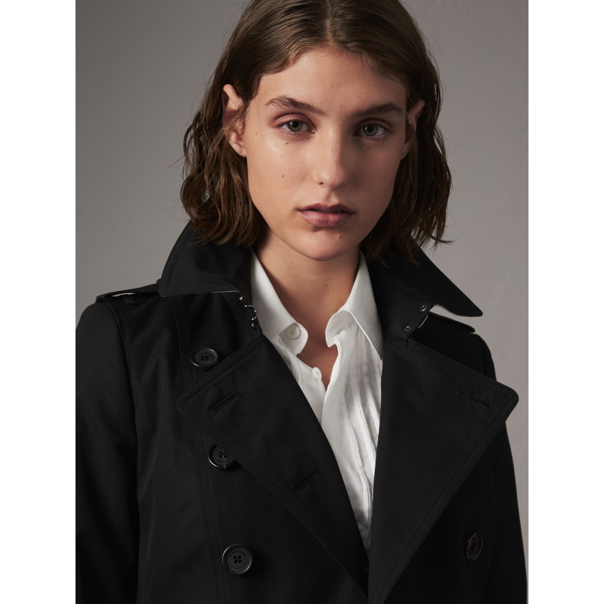 The Chelsea – Short Heritage Trench Coat in Black - Women | Burberry - gallery image 5