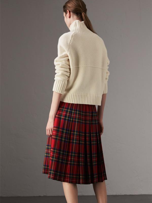 Suéter de cashmere com gola rolê (Branco Natural) - Mulheres | Burberry - cell image 2
