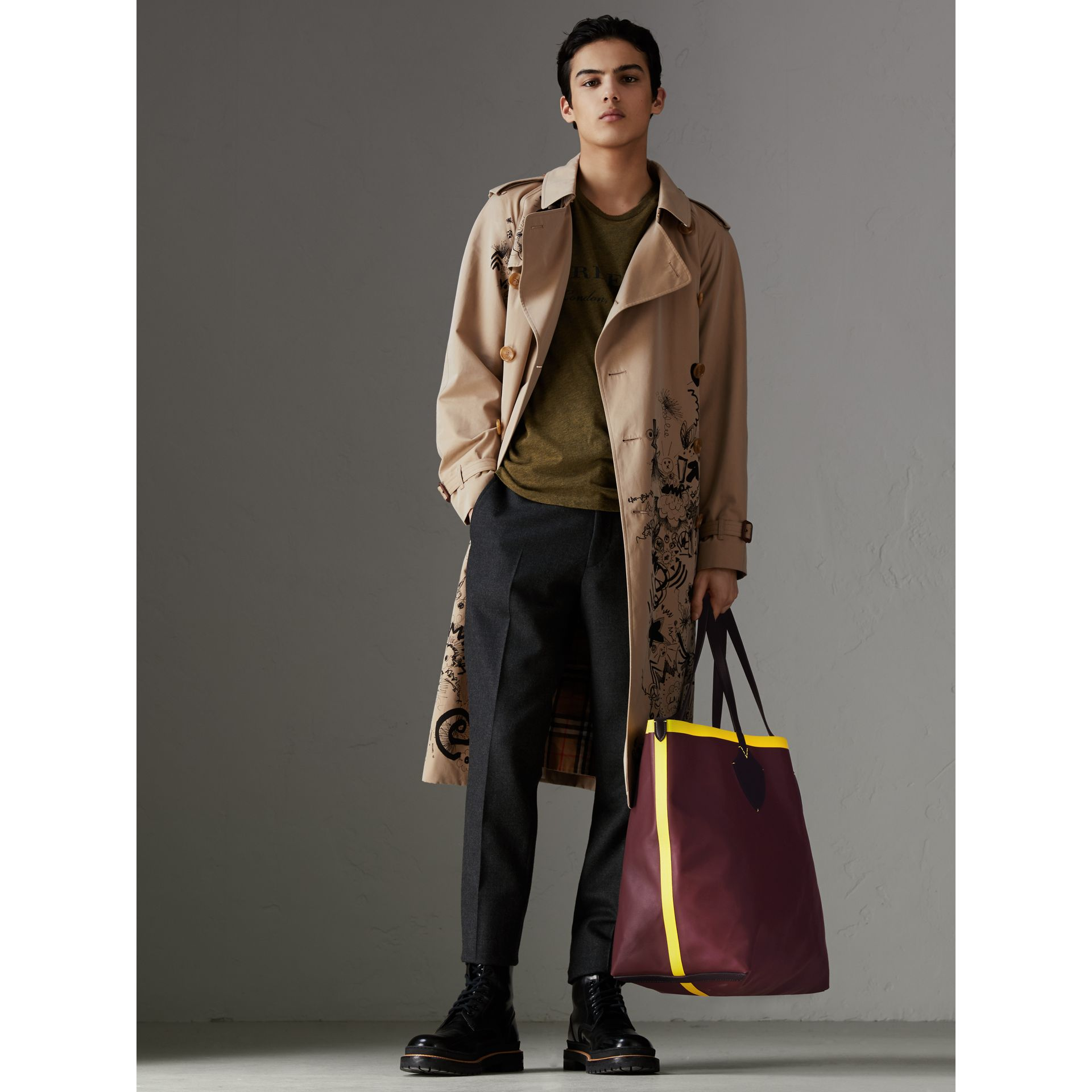 The Giant Reversible Tote in Vintage Check and Leather in Mahogany Red/antique Yellow | Burberry - gallery image 3