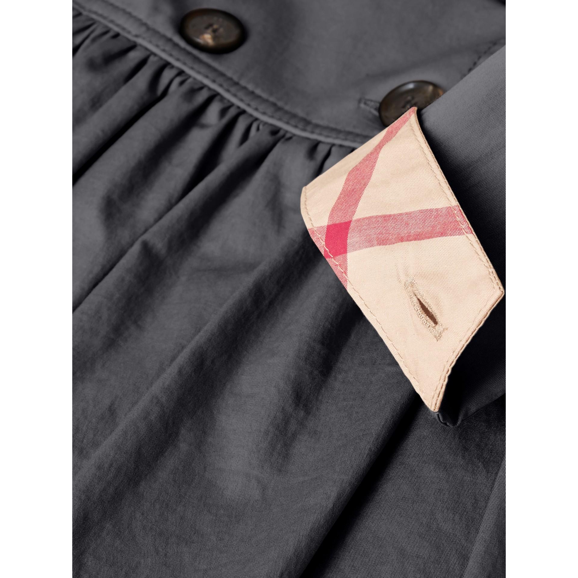 Vestido trench de algodão stretch com detalhe xadrez (Azul Meia Noite) | Burberry - galeria de imagens 1