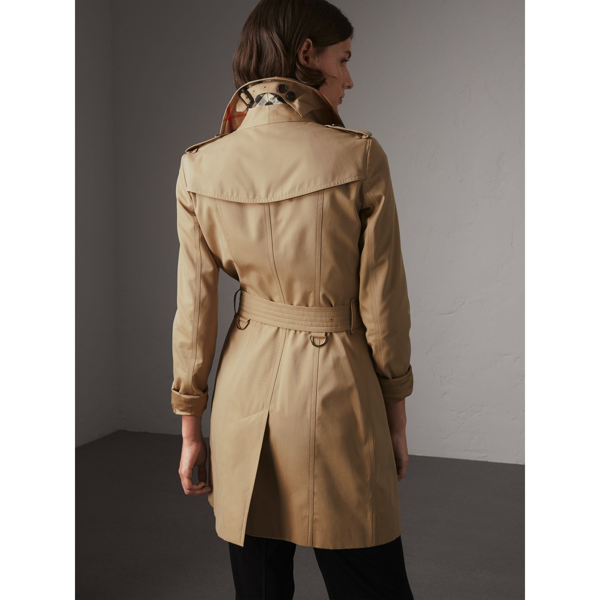 The Chelsea - Trench coat Heritage medio (Miele) - Donna | Burberry - immagine della galleria 3