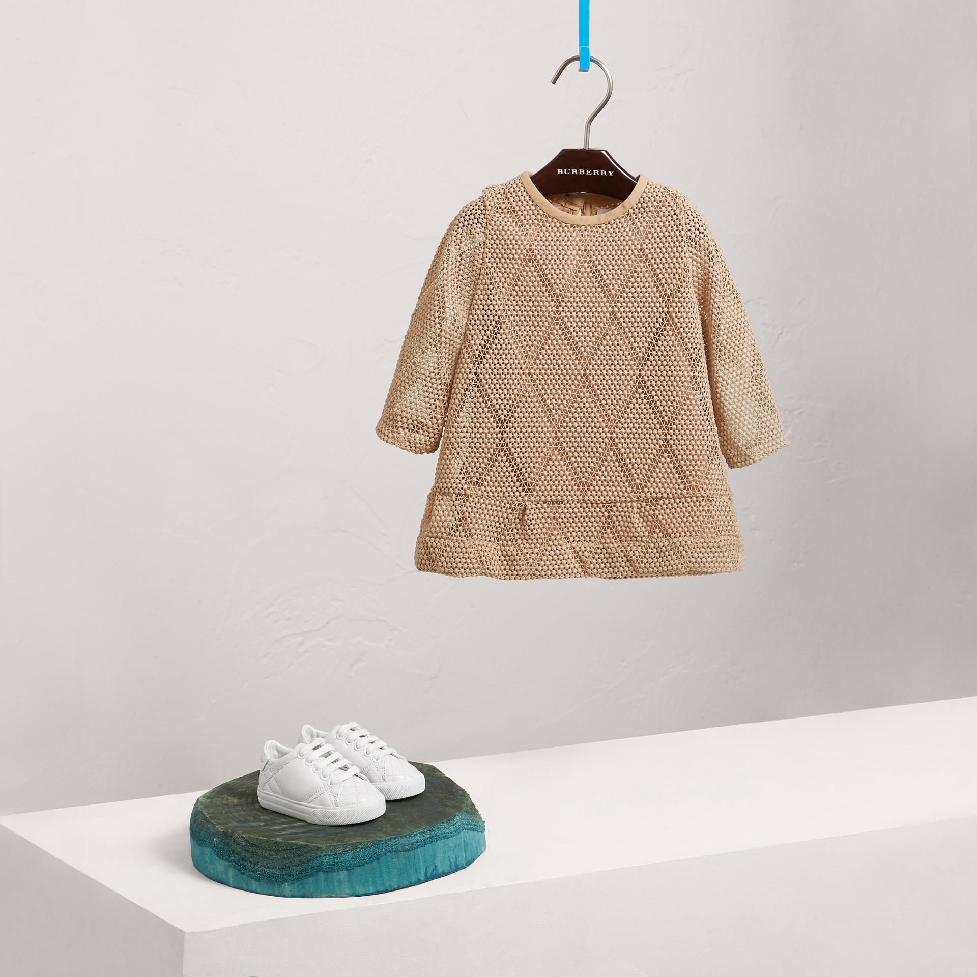 Robe trapèze en macramé de dentelle à motif losange (Rose Platiné Pâle) | Burberry Canada - photo de la galerie 2