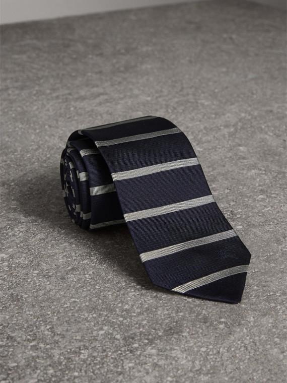 Gravata de seda com estampa listrada e corte moderno (Azul Marinho)