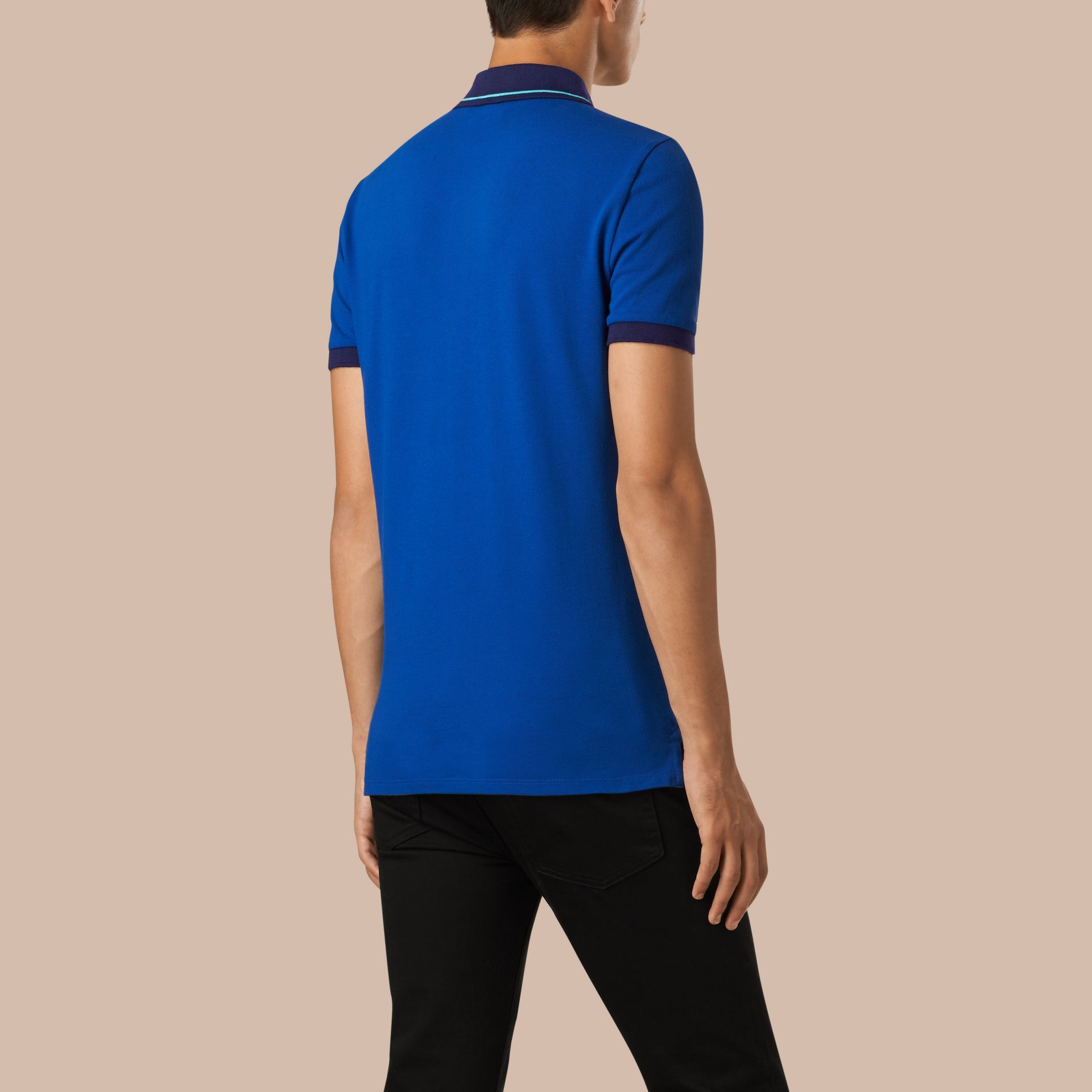 Kobaltblau/helles peridotblau Poloshirt aus Baumwollpiqué mit Kontrastbesatz Kobaltblau/helles Peridotblau - Galerie-Bild 2