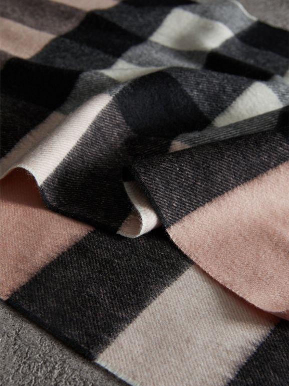 The Large Classic Cashmere Scarf in Check in Ash Rose | Burberry United States - cell image 1