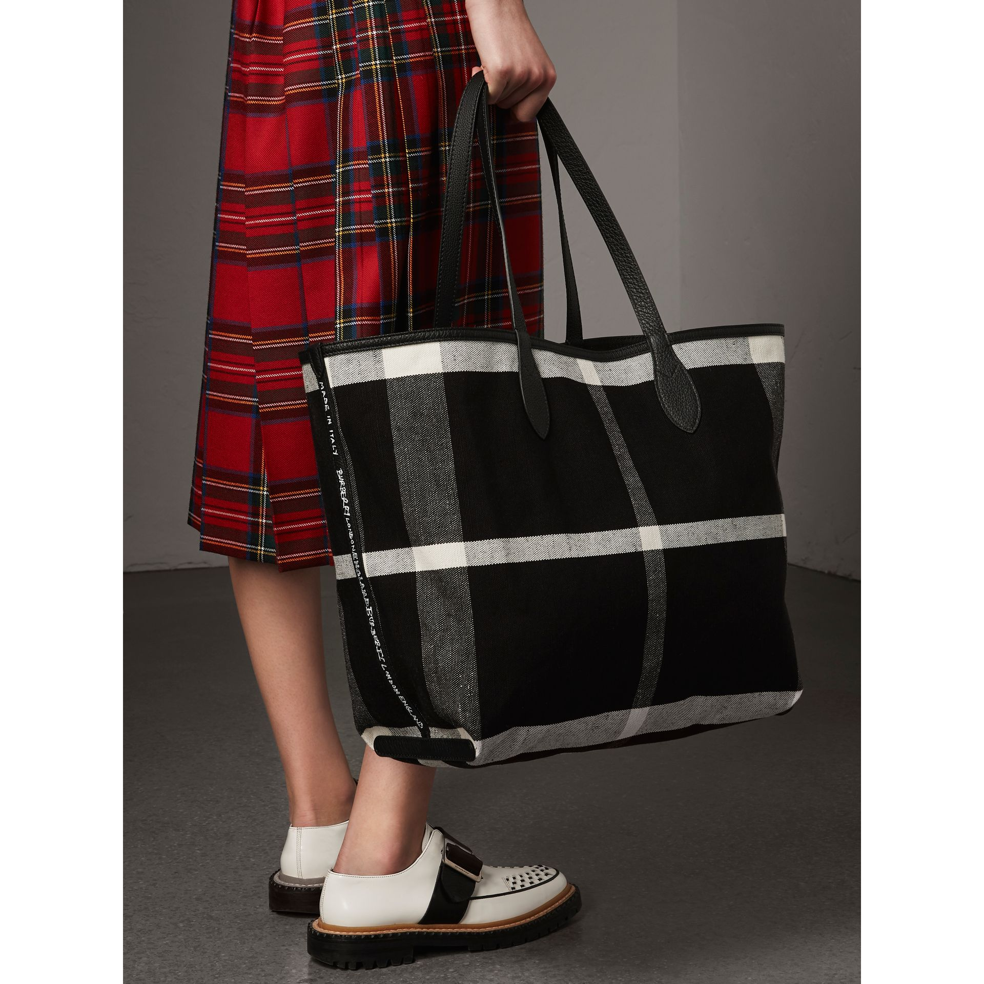 Grand sac tote Doodle réversible (Noir) | Burberry - photo de la galerie 5