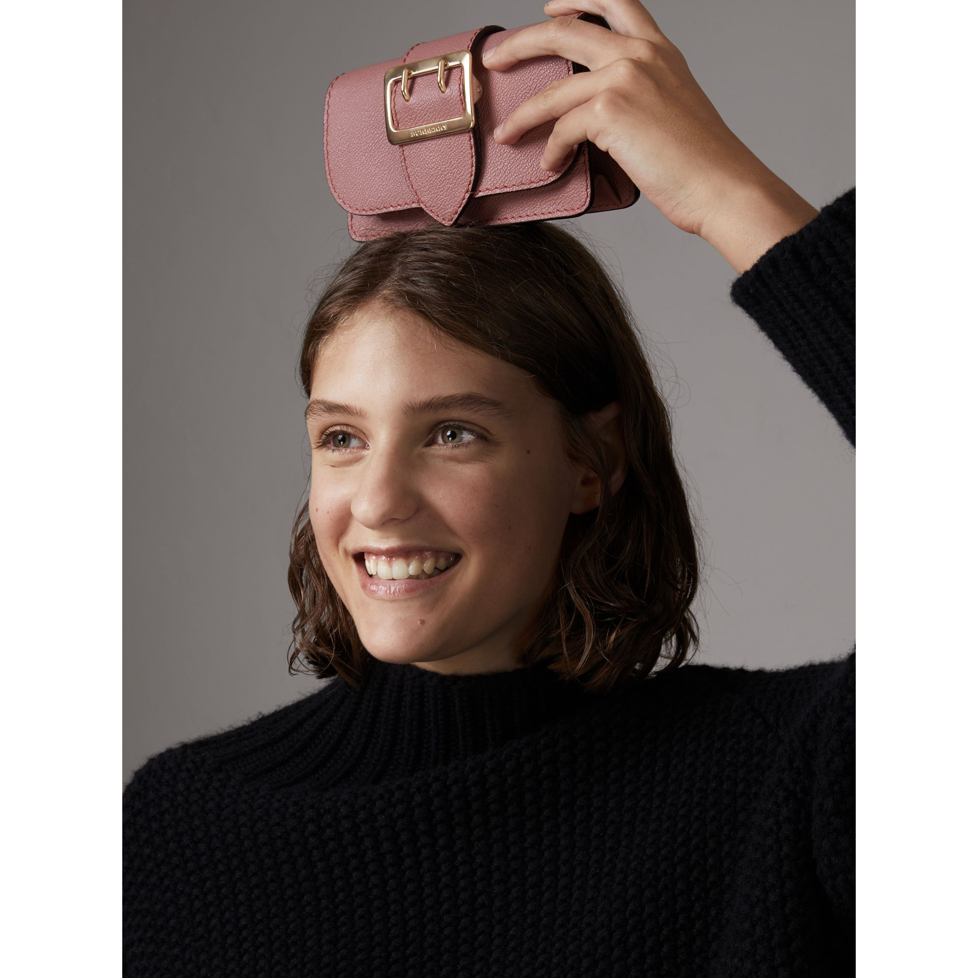 Borsa The Buckle mini in pelle a grana (Rosa Polvere) - Donna | Burberry - immagine della galleria 11