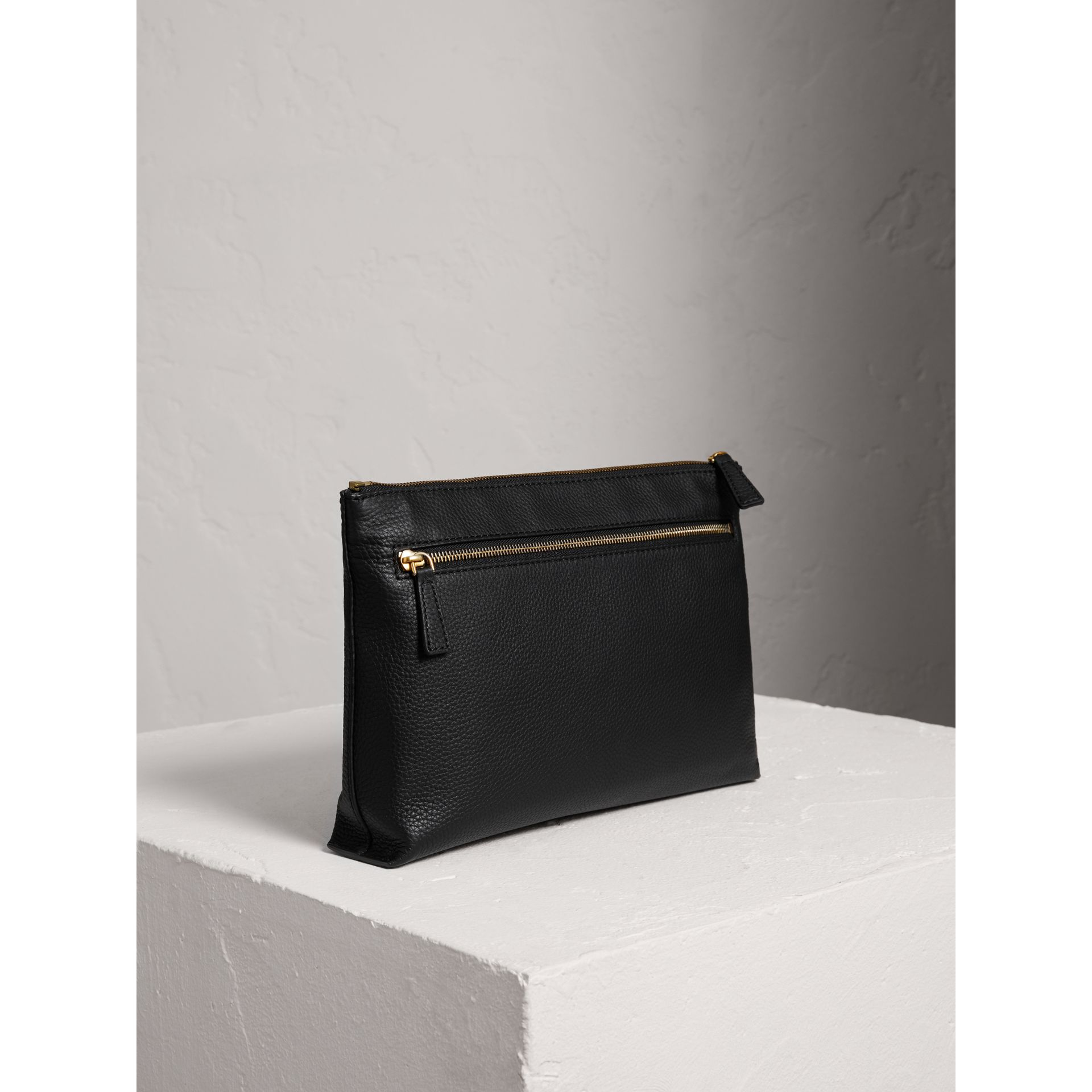 Large pochette zippée en cuir estampé (Noir) | Burberry - photo de la galerie 2