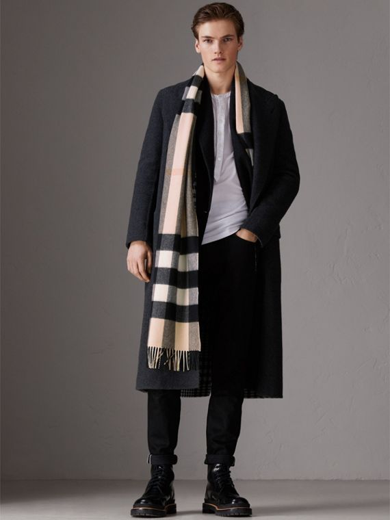 The Large Classic Cashmere Scarf in Check in Ash Rose | Burberry United Kingdom - cell image 3