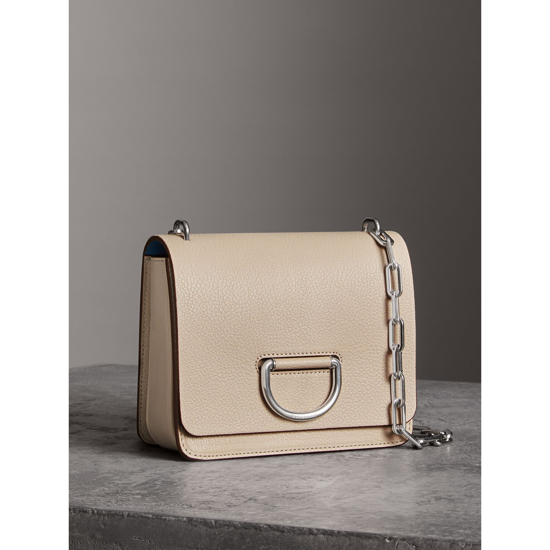 Petit sac The D-ring en cuir (Stone) - Femme | Burberry - photo de la galerie 6