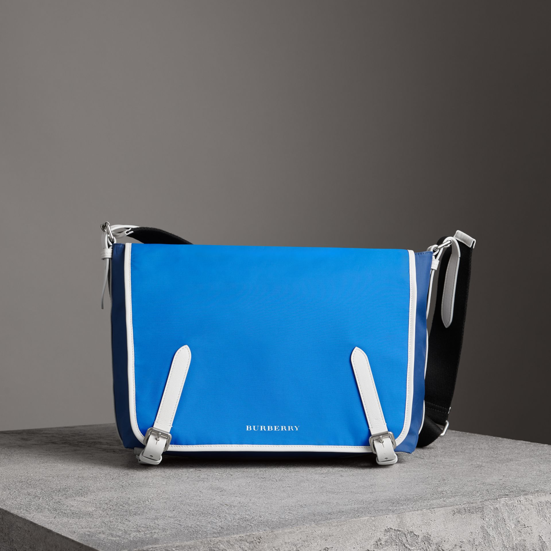 Grand sac Messenger en nylon et cuir tricolore (Bleu Azur Intense) - Homme | Burberry Canada - photo de la galerie 0