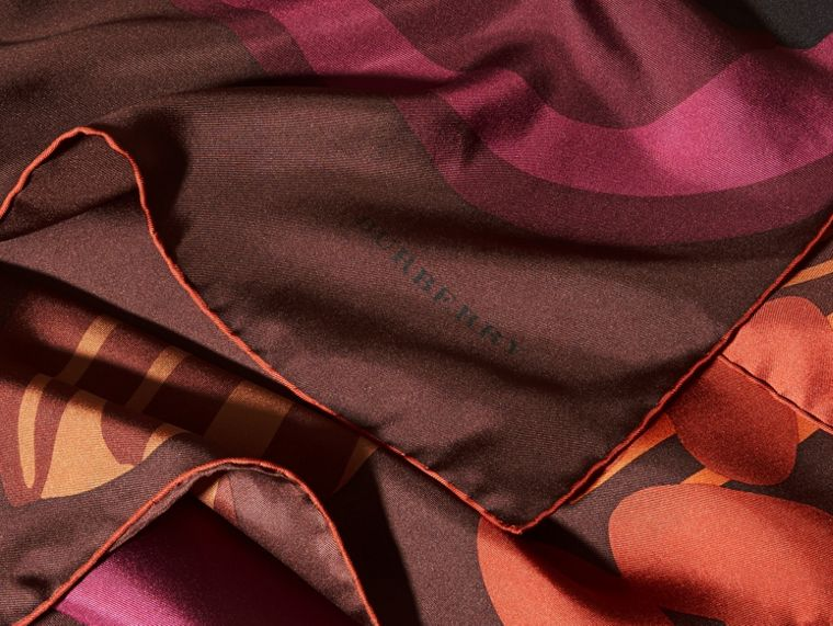 Tiefes burgunderrot Karreeschal aus Seidentwill mit floralem Muster – Mittelgroß Tiefes Burgunderrot - cell image 1
