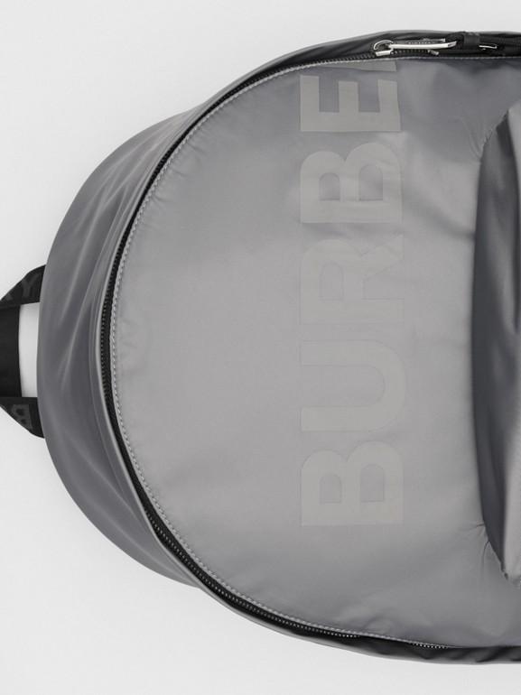 Mochila en ECONYL® con estampado Horseferry (Gris Nube) | Burberry - cell image 1