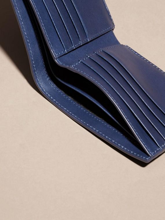 Bleu lapis Portefeuille à rabat en cuir avec motif check estampé Bleu Lapis - cell image 3