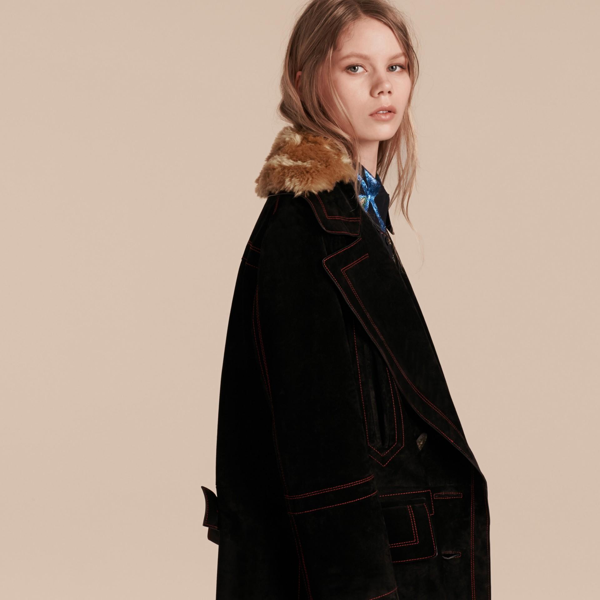 Nero Pea coat in pelle scamosciata con sopracollo in shearling - immagine della galleria 6