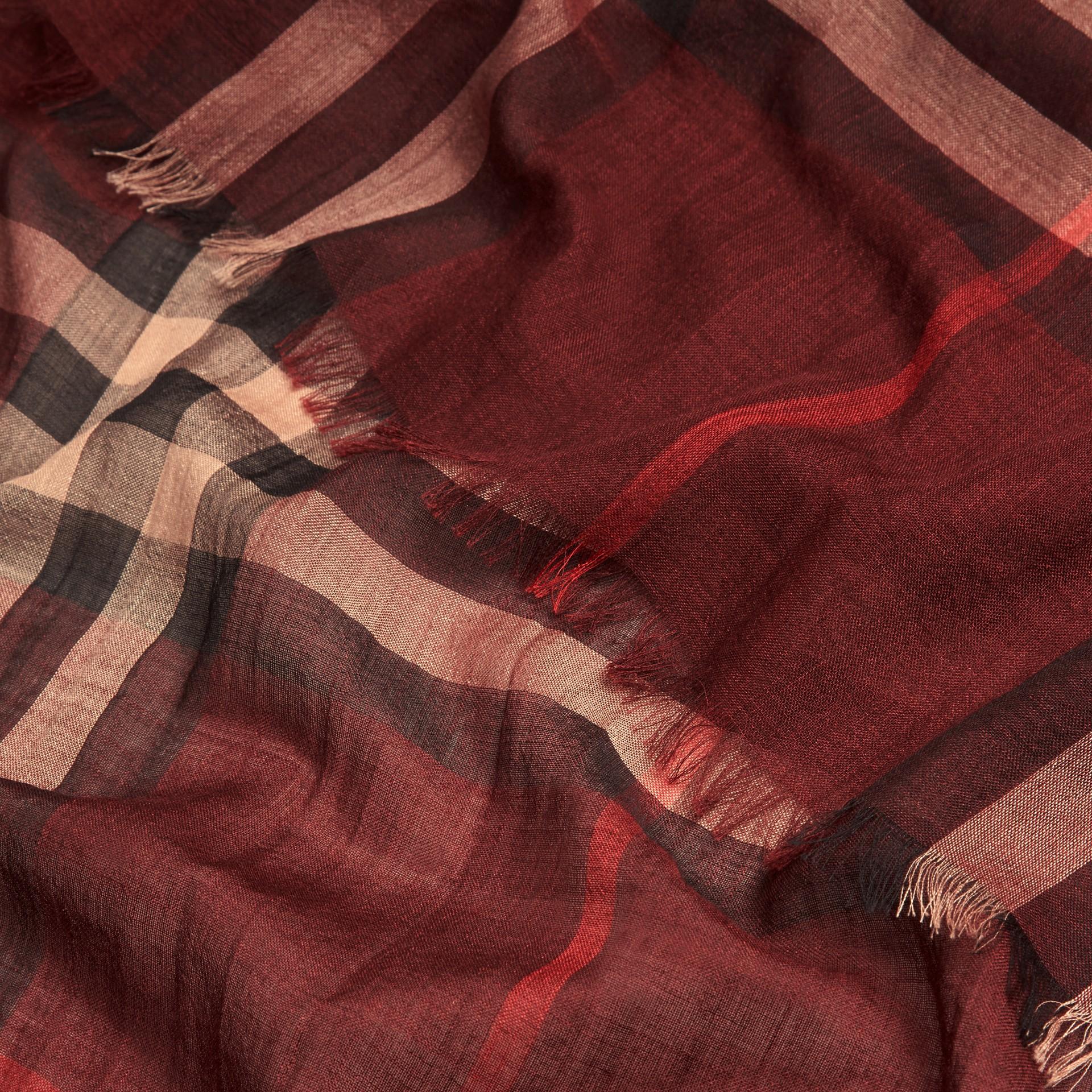 Rosso violetto Sciarpa leggera in lana e seta con motivo check Rosso Violetto - immagine della galleria 2
