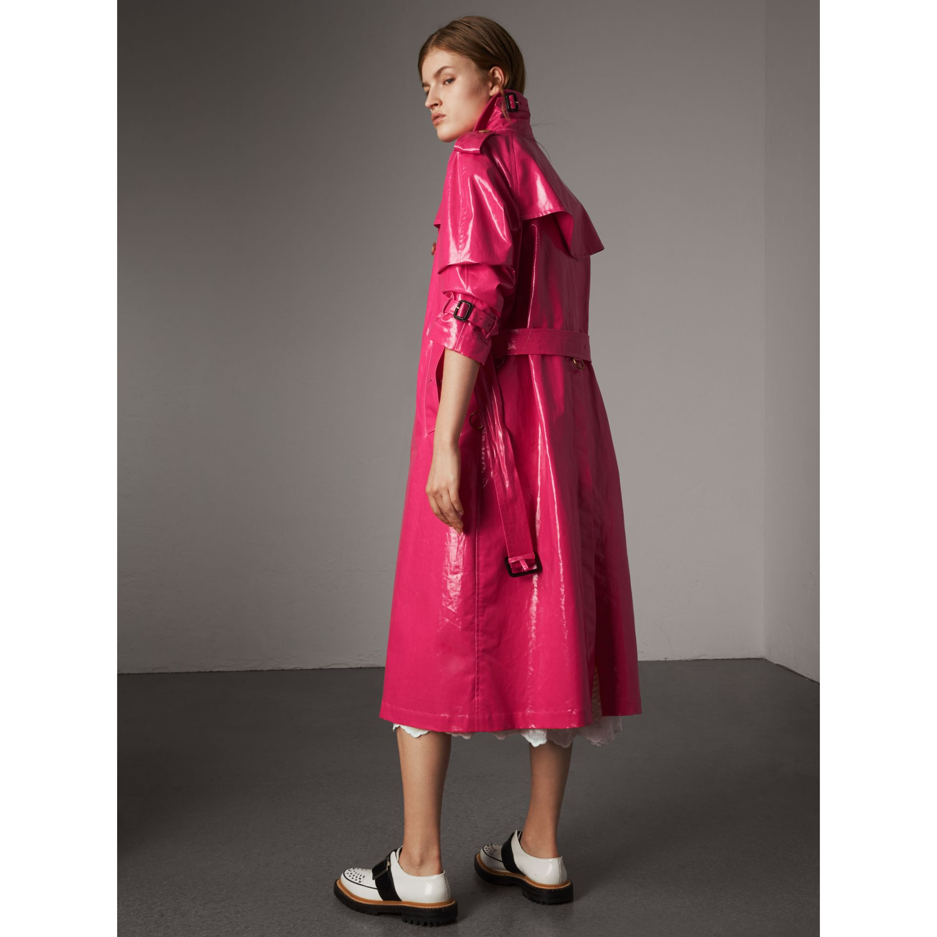 Trench en coton laminé (Rose Néon) - Femme | Burberry - photo de la galerie 2