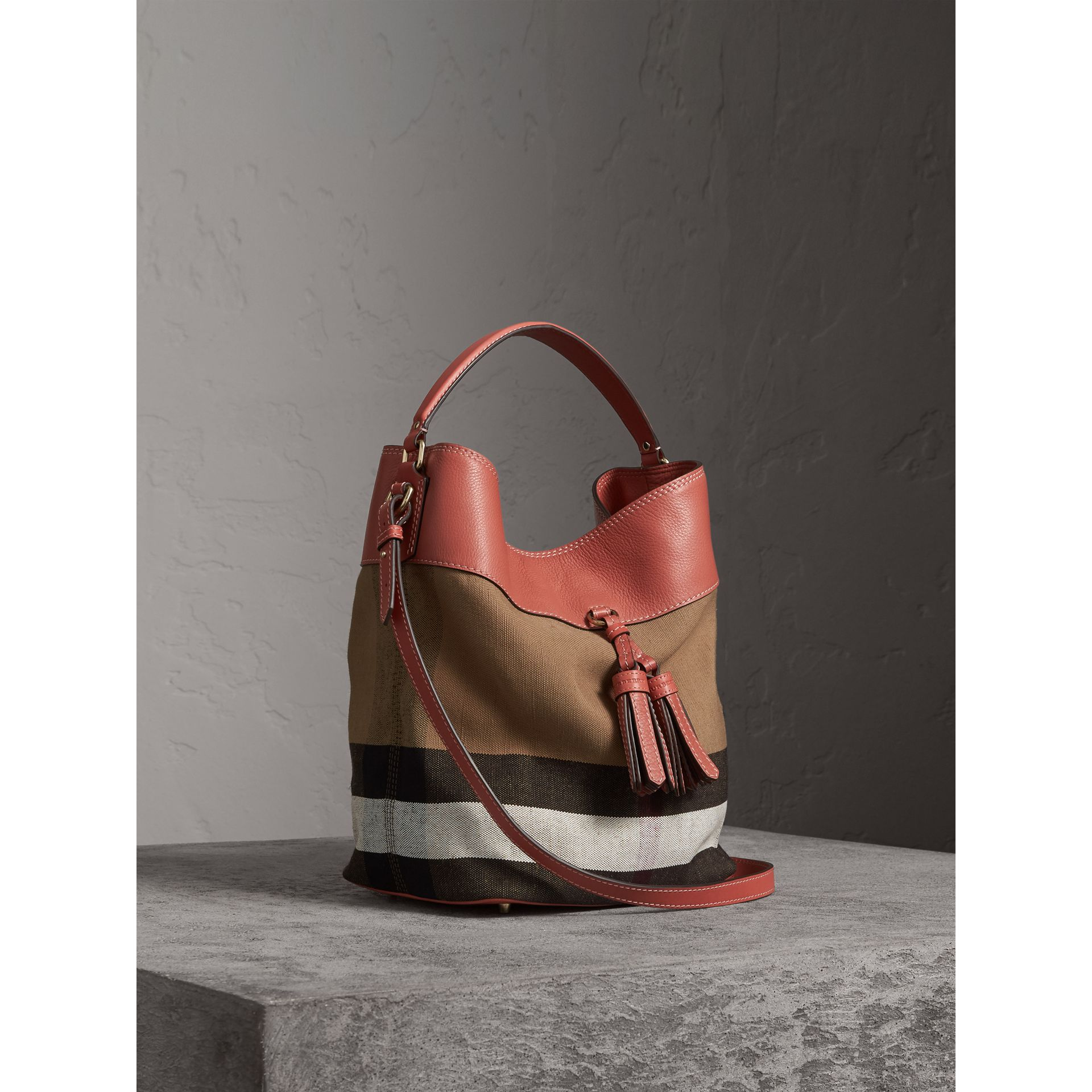 The Medium Ashby aus Canvas Check-Gewebe mit Lederbesatz (Zimtrot) - Damen | Burberry - Galerie-Bild 7