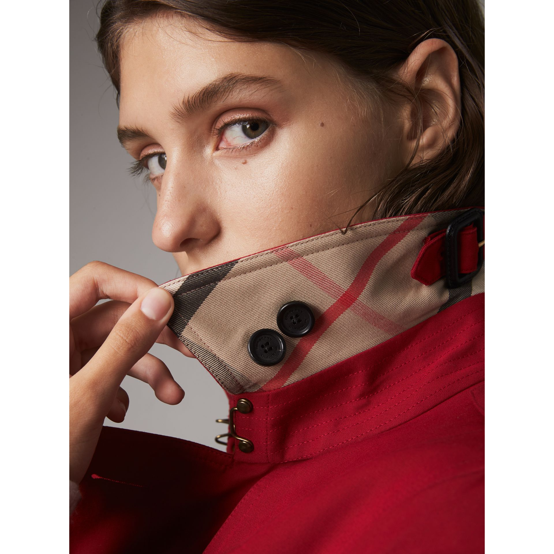 The Kensington – Mid-Length Heritage Trench Coat in Parade Red - Women | Burberry Singapore - gallery image 2