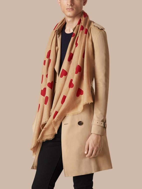 Cammello/rosso parata Sciarpa leggera in cashmere con stampa a cuori Cammello/rosso Parata - cell image 3