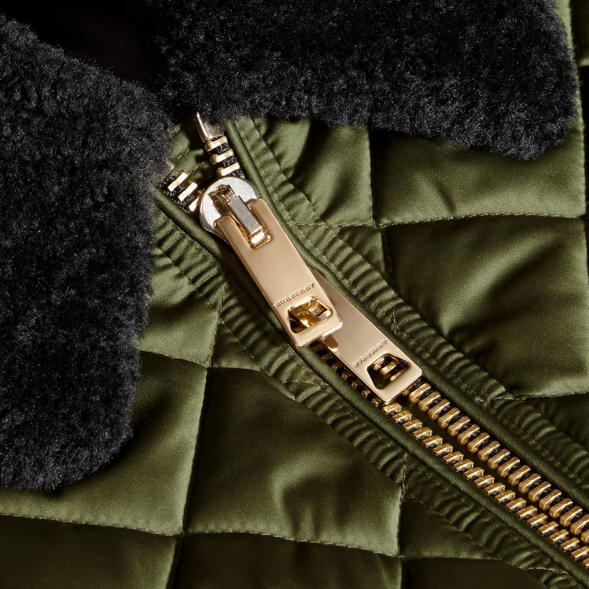 Verde muschio brillante Bomber lungo trapuntato con collo in shearling - immagine della galleria 2