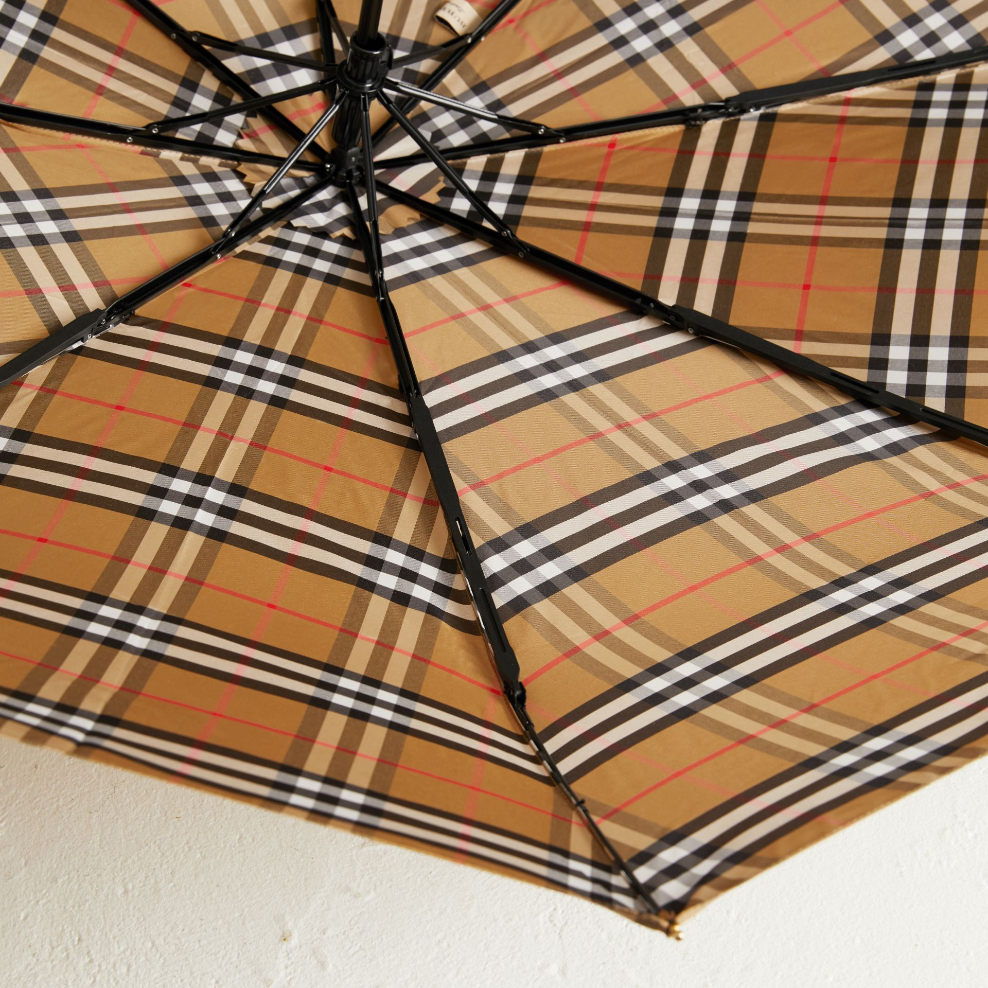 Parapluie télescopique à motif Vintage check (Jaune Antique/miel) | Burberry - photo de la galerie 3